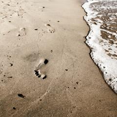 Spiaggia, orme, onde, riva