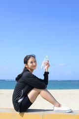 海岸で寛ぐ女性
