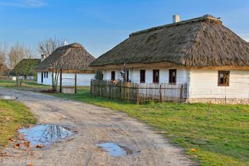 Stare drewniane domy kryte strzechą