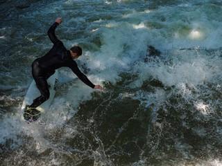 Wellenreiter beim Balanceakt