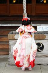 和服を着て参拝する子供