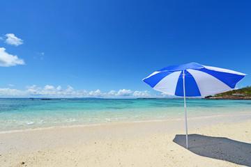 伊是名島の美しい珊瑚の海と夏空