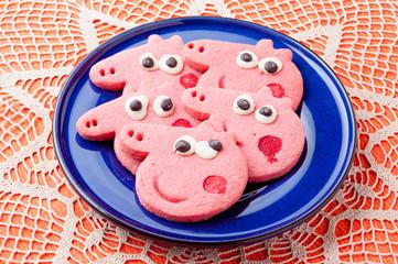 Biscotti colorati a forma di maialino su un piatto