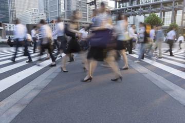 東京駅前 丸の内 大手町のビジネスマン イメージ(スローシャッター)