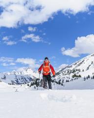 sportlich unterwegs mit Schneeschuhen