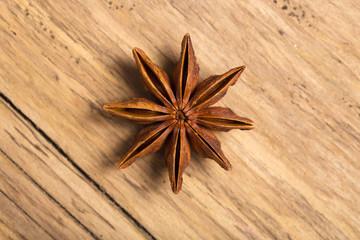 Weihnachtlicher Sternanis auf Holz