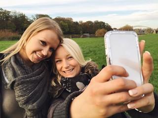 Freundinnen machen Selfie mit Smartphone