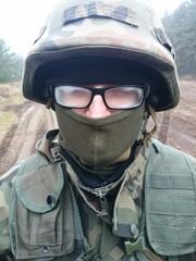 Żołnierz z zaparowanymi okularami