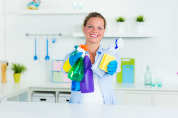frau putzt die küche