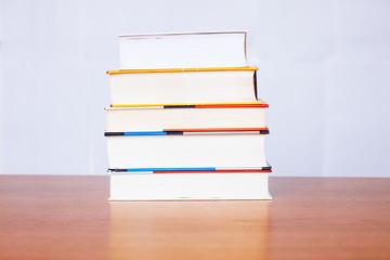 Pila di libri su tavolo riflettente