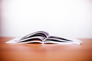 libri aperti su tavolo di legno