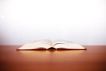 libro aperto su tavolo di legno