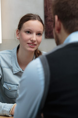 Junge Dame im Gespräch mit Geschäftsmann / neutral ernst
