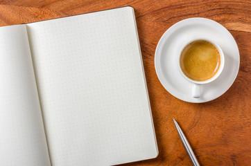 Leeres Notizbuch auf Schreibtisch