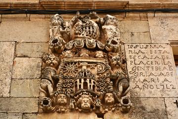 escudo heraldico tallado en piedra