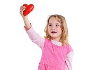 Mädchen hält Herz nach oben