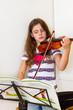 Mädchen beim Geige üben