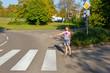 Kleines Mädchen am Fußgängerweg
