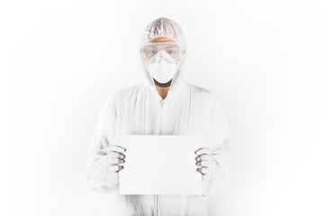 Lavoratore specializzato con foglio bianco