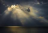 Raggi di luce sul mare attraverso le nuvole