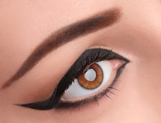 Glamour black eye make up with wide arrow