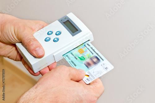 Leinwanddruck Bild Hausarzt mit Kartenlesegerät beim Hausbesuch