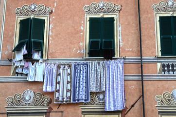 finestra con indumenti
