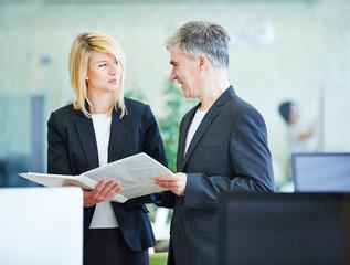 Geschäftsleute bei Planung im Büro