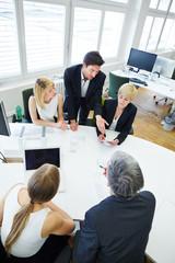 Team redet beim Meeting am Konferenztisch