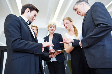 Team mit Tablet Computer im Büro