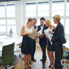 Geschäftsfrau zeigt Team Unterlagen