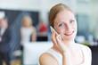 canvas print picture - Frau telefoniert mit Smartphone im Büro