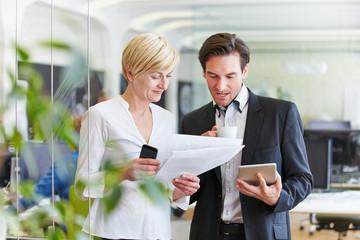 Geschäftsleute treffen Entscheidung im Büro