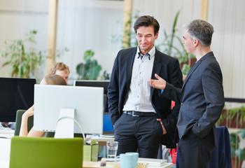 Männer im Büro reden miteinander