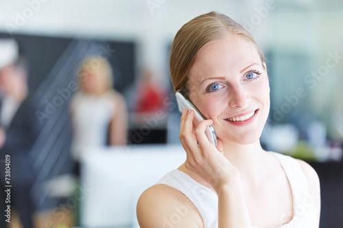 canvas print picture Frau telefoniert mit Smartphone im Büro