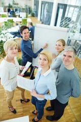 Mitarbeiter im Team im Büro