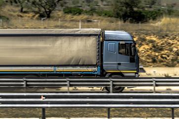 Camion in velocità su strada