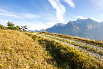 Strada di montagna in autunno con mulino