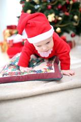 Ребенок одет в новогодний костюм