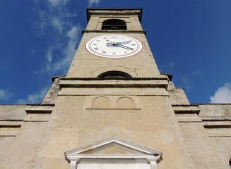 campanile con orologio visto dal basso