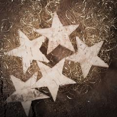 Weihnachtssterne aus Baumrinde