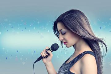 Зимняя песня. Портрет красивой женщины с микрофоном.