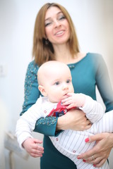 Молодая мама с грудничком