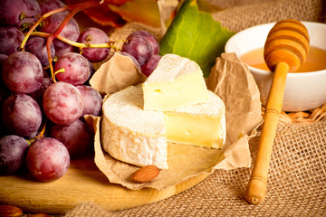 Grapes with cheese, honey and almonds