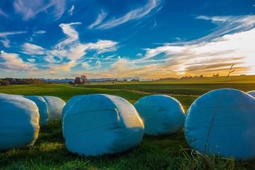 Strohballen im bayerischen Sonnenuntergang