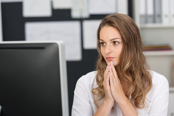 frau im büro macht sich sorgen