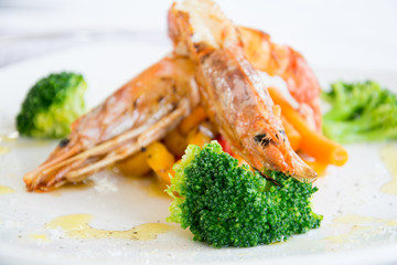 Refined plate with shrimp and broccoli