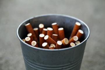 Zigarettenkippen im Eimerchen