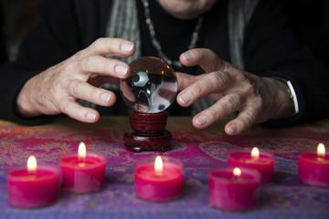 Ältere Dame liest die Zukunft in der Glaskugel