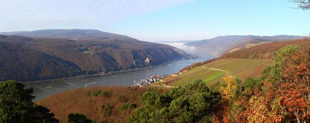 Oberes Mittelrheintal, vorn mittig Assmannshausen (Nov. 2014)
